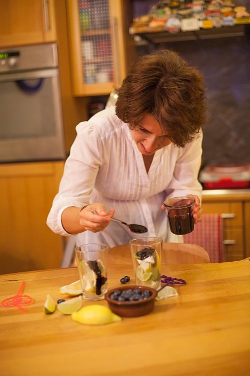 Alkotás közben, rettenetesen koncentrálok, hogy megfelelő mennyiségű áfonyaszirup kerüljön a poharakba :)