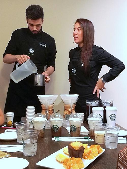 A Starbuck baristái bemutatják a hideg italokat