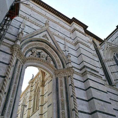 A soha el nem készülő főhajó fala, mögötte a bazilikával