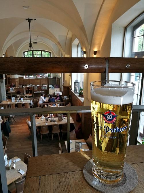 A piac melletti étteremben nagyon klassz ételválaszték várt minket és jóféle csapolt sörök.