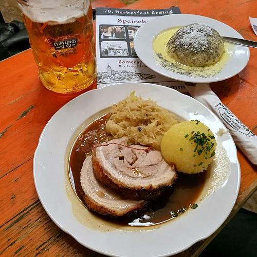 Így váljanak valóra az álmaim, azaz íme a vacsorám: literes korsónyi helyi sör, hasaalja krémes káposztával és krumpligombóccal, és a kedvenc gőzgombócom.