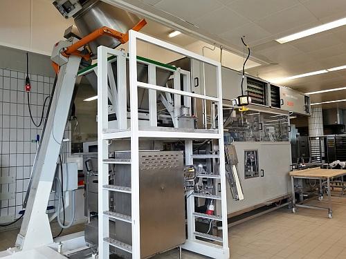 Ott fent kerül be a bedagasztott tészta a masinába, s elől jönnek ki az egységes, formázott péksütemények.
