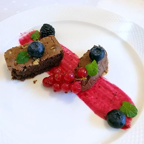 Csokoládé mousse és brownie erdei gyümölcsökkel
