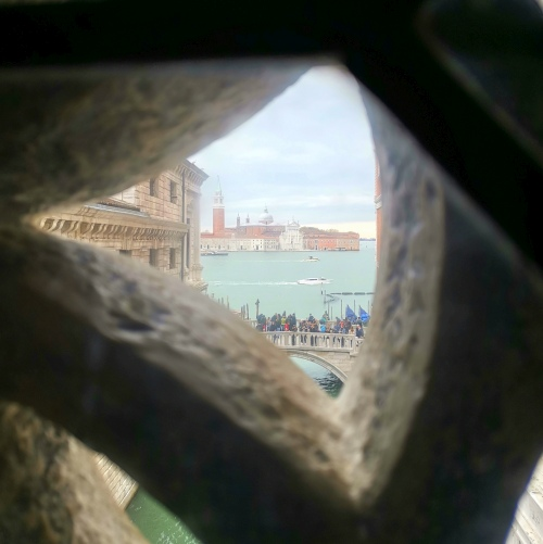 Kilátás a San Giorgio-ra a Sóhajok hídjáról