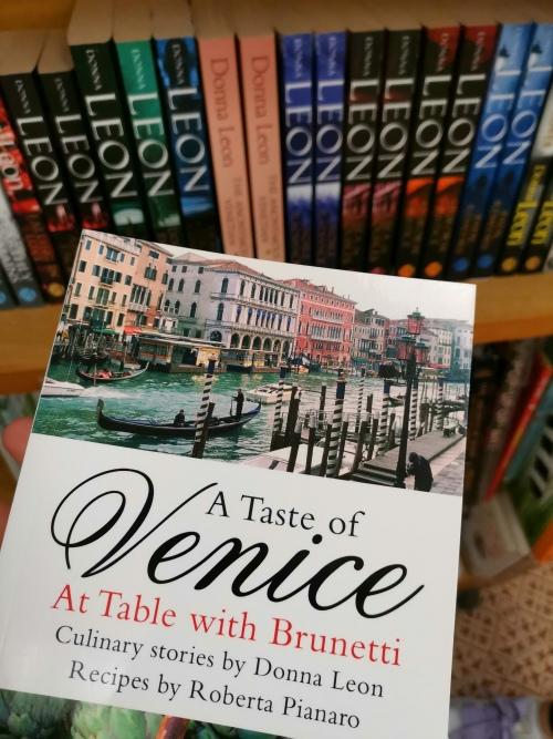 Brunetti mindenütt, még velencei szakácskönyv is van a könyvekben fellelhető fogásokkal