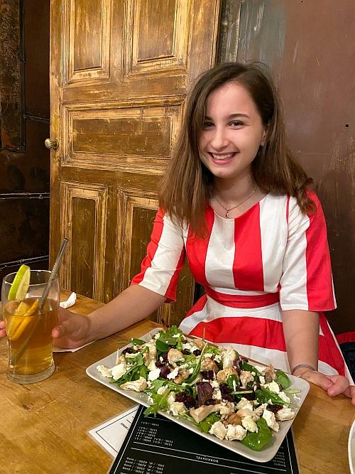 Kevéssé boldogtalan Anna és az emberes grillezett karfiol tál
