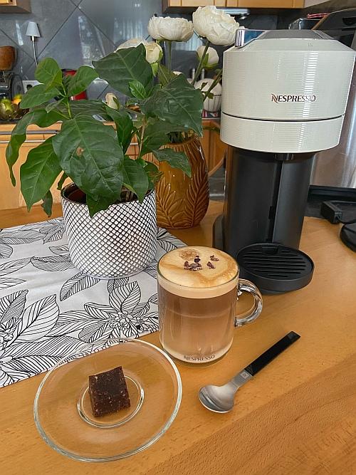Az elkészített kávés italunk mellé pedig jöhet is egy falatka sütemény, hogy még teljesebb legyen az élmény