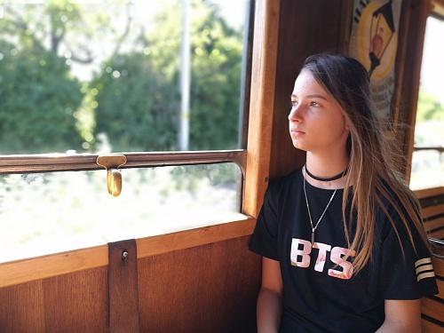 Nehezen beszerzett BTS póló és elégedett viselője